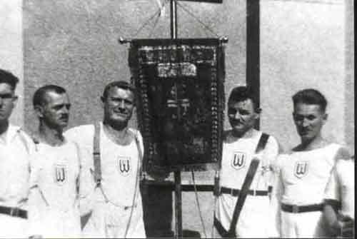 Sportler mit Vereinsfahne um 1930