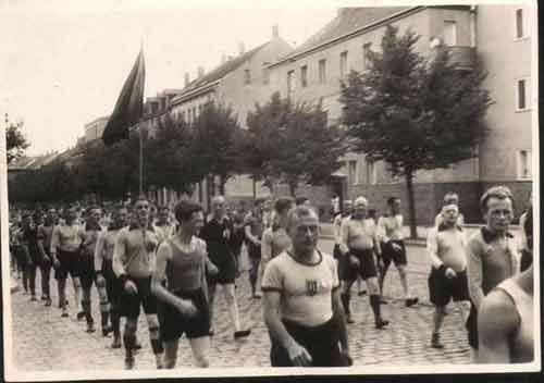Festumzug des TSV zur Einweihung der August-Bebel-Kampfbahn 1930 durch Wahren